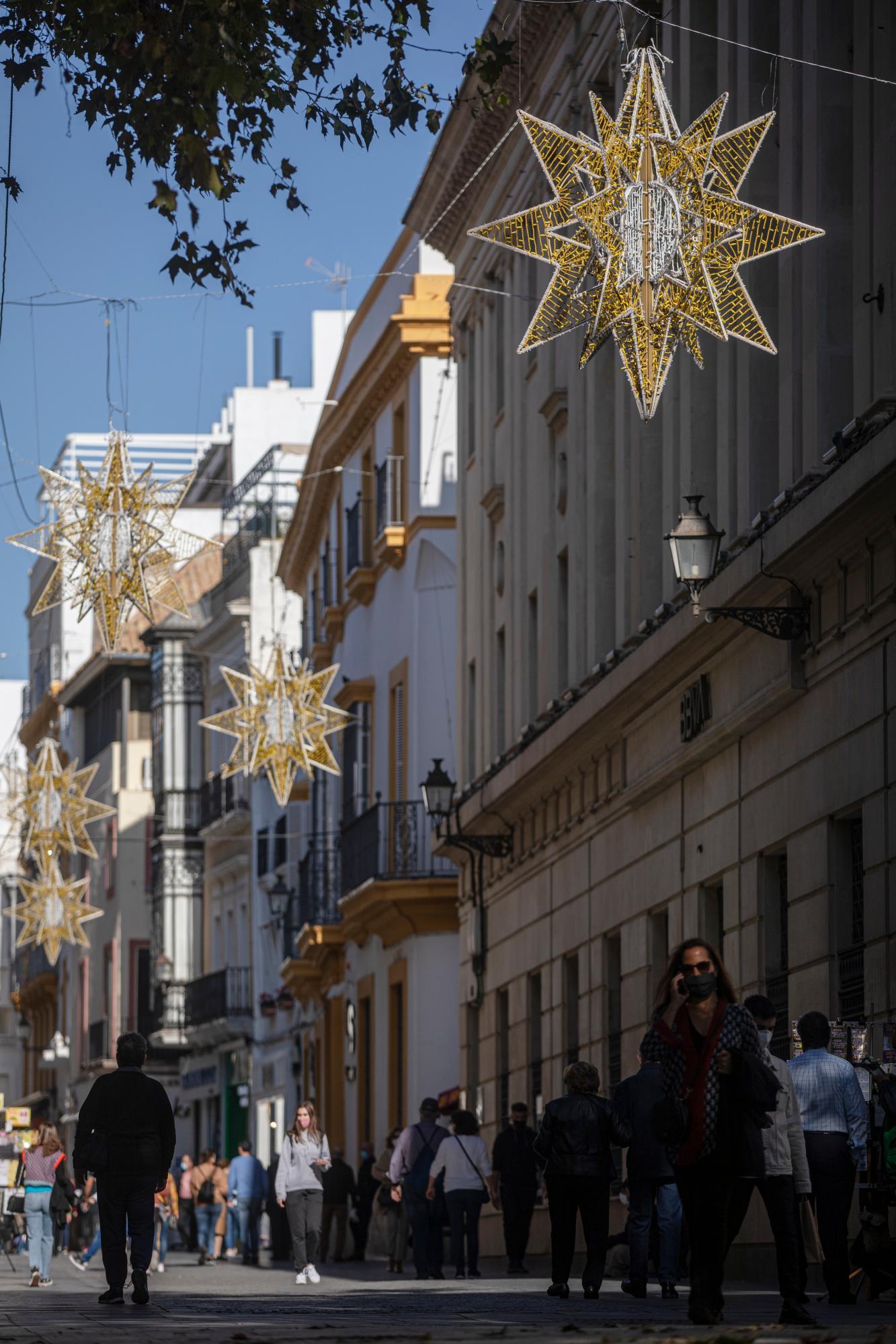 Sevilla reduce la tasa de 250 casos en 14 días y la capital baja de los 300