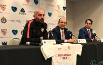 El director general deportivo, Monchi, junto al presidente del Sevilla, José Castro, Alain Huacuja, CEO de A Line Sports & Entertainment. / SFC