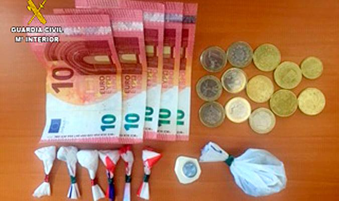 Droga y dinero incautado. / Guardia Civil