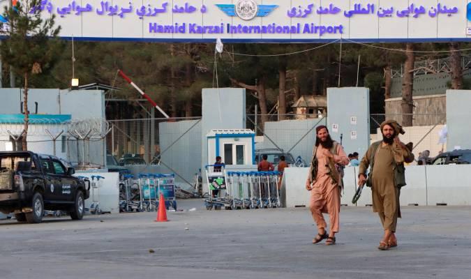 Talibanes ante el aeropuerto de Kabul