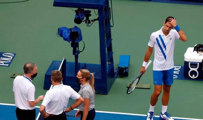 Djokovic Descalificado Por Dar Un Pelotazo A Una Jueza De Linea