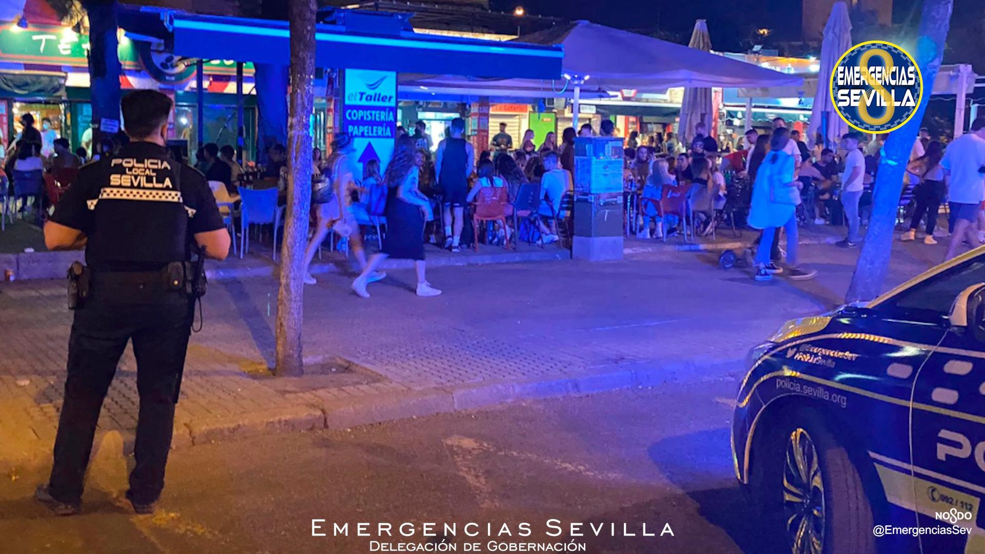 Desalojan cientos de jóvenes bebiendo alcohol frente a Universidad de Sevilla