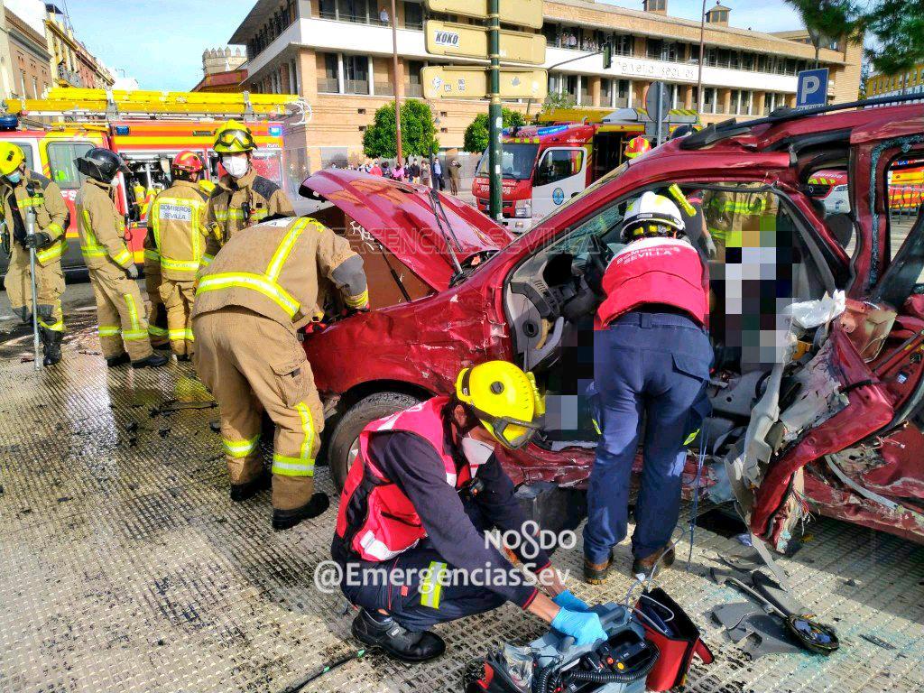 Muere un conductor tras volcar su vehículo junto a la Torre del Oro