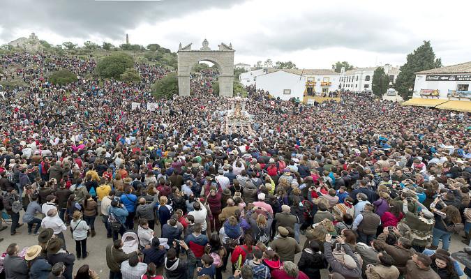 Miles de romeros veneran a la Virgen de la Cabeza en la romería más antigua e4086fb6bba
