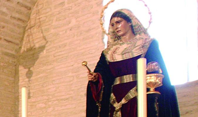 Santa Marta, en la capilla de la hermandad, porta en su mano derecha el hisopo. / J. M. Cabello