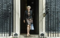 Theresa May sale del 10 de Downing Street. / Efe