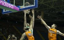 Kelly trata de anotar ante la defensa de Dubjlevic en el partido ante el Valencia Basket. /ACB Photo