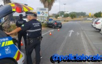Agentes de la policía local de Castilleja, en el lugar del accidente.