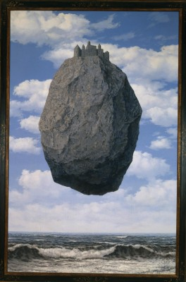 René Magritte, The Castle of the Pyrenees (1959) Oleo sobre lienzo. / Duchamp, Magritte, Dalí. Revolucionarios del siglo XX. Obras maestras del Museo de Israel, Jerusalén