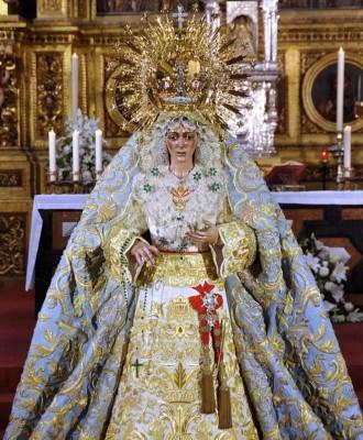 Saya blanca de tisú, diseñada por David Calleja y bordada por Rosario Bernardino. / Enrique Ayllón