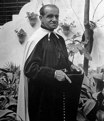 Juan Belmonte vestido con la túnica de la hermandad del Cachorro.
