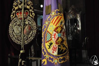 Pendón real de Alfonso XIII junto al estandarte corporativo de Las Cigarreras. / El Correo