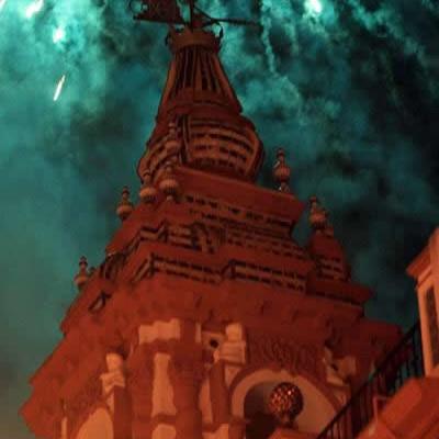 Los fuegos de artificio rematan la celebración de la Candelá en la víspera del 18 de diciembre. / El Correo
