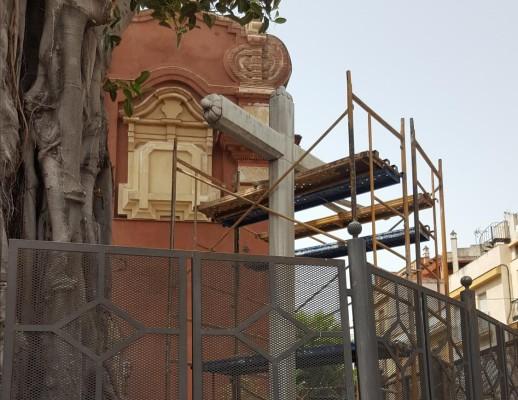 Trabajos de reparación en la cruz de la iglesia de San Jacinto. / Jesús Daza