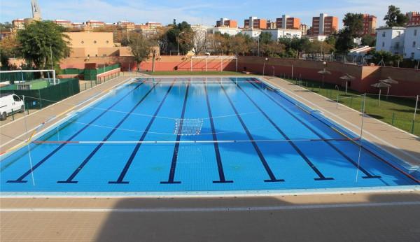 La piscina del tiro de l nea seguir cerrada por una gran for Piscina municipal alcala de guadaira