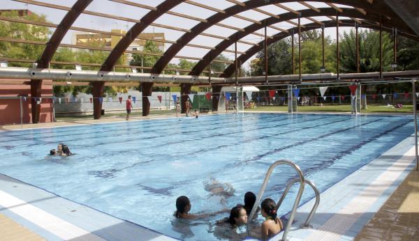 Sevillanos disfrutaron de las piscinas municipales for Piscina municipal alcala de guadaira