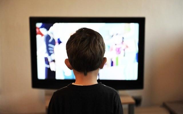 Es bueno que los niños coman mientras ven la tele?