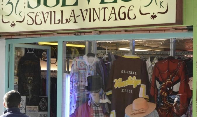 0148c94346 ... La segunda mano ofrece otra vida al vestuario - Ropa vintage sevilla .