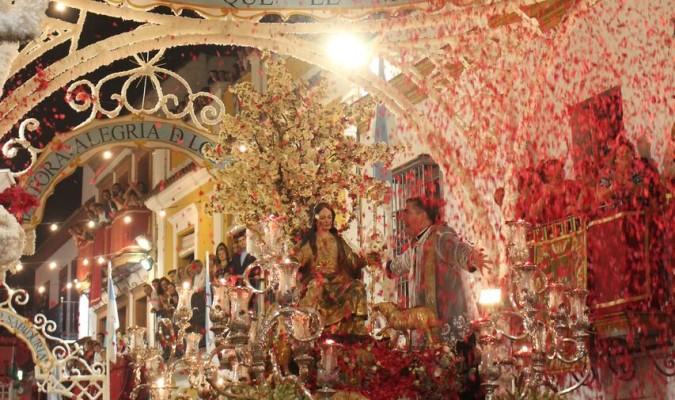La Pastora de Cantillana tras la ceremonia de retirada del sombrero en la calle Martín Rey, bajo una lluvia de flores. / José Manuel Delgado