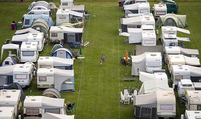 Zona de autocaravanas en un camping. / EFE