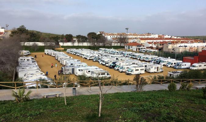 Decenas de autocaravanas estacionadas en una explanada en Morón. / M.M.