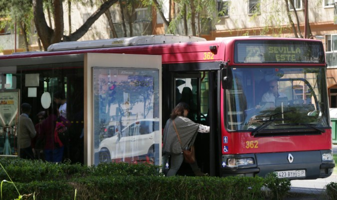 Una usuaria accede a un autobús. / Rafael León