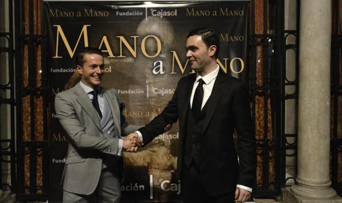 Paco Lama y el cineasta Samuel Mac Fadden lograron abarrotar el teatro de la Fundación Cajasol. / Manuel Gómez