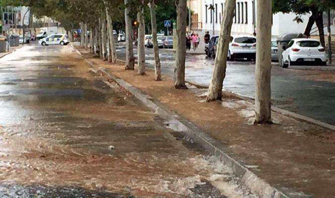 la avenida ciudad jard n inundada por la rotura de una
