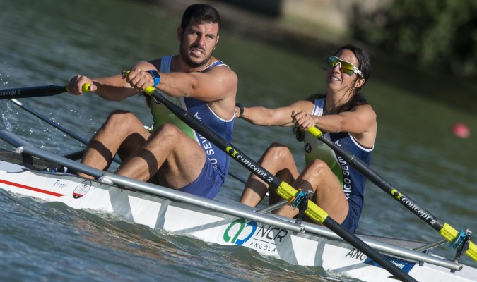 Dos remeros, durante la International Rowing Masters Regatta celebrada en Sevilla. / FAR