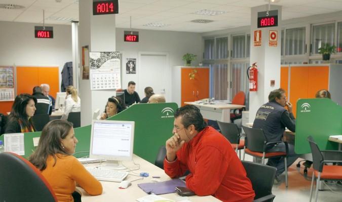 El paro baja en personas en marzo su mayor for Oficinas sae sevilla
