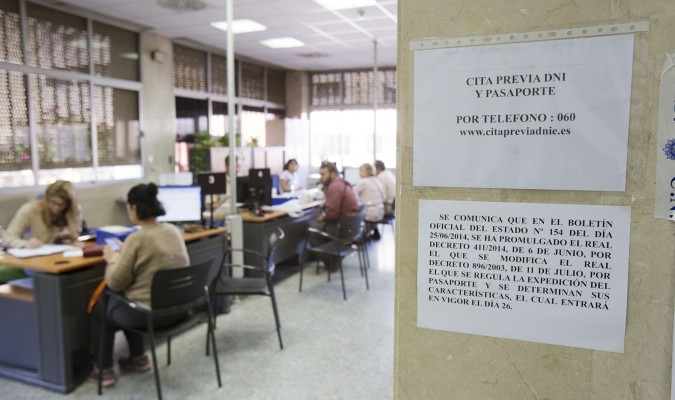 Un a o de colapso en el dni for Ministerio del interior pasaporte telefono