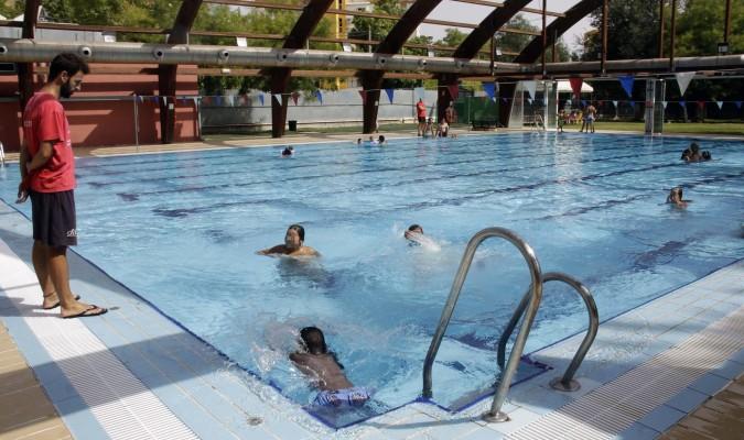 Un chapuz n de solidaridad en las piscinas de sevilla for Piscinas abiertas en sevilla