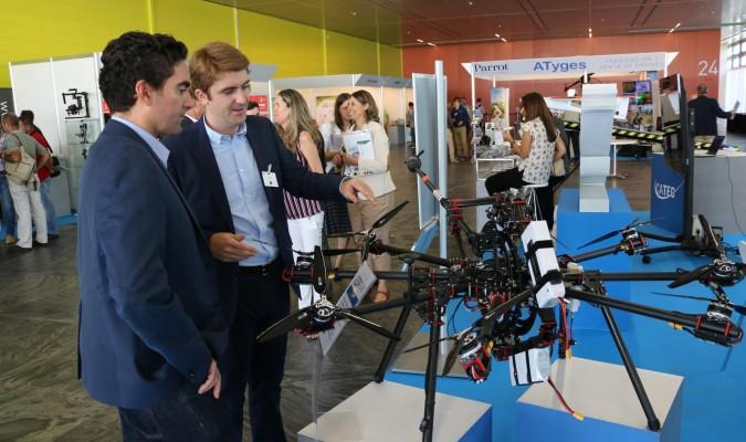Visitantes en la muestra del primer congreso Unvex Eco-Agro. / El Correo