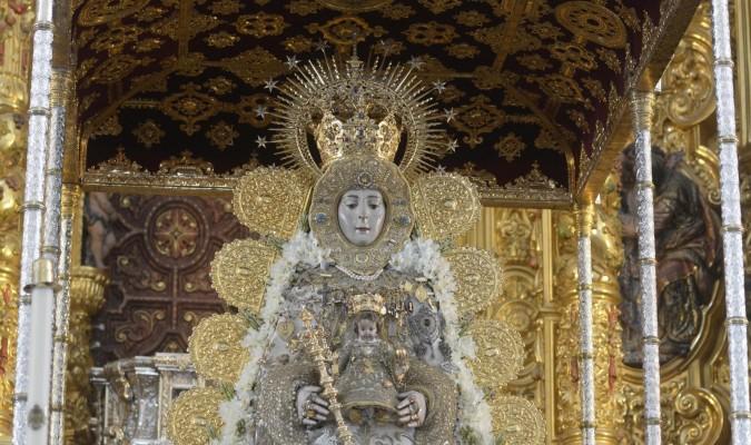 El rostrillo forma parte del atavío habitual de la Virgen del Rocío. / Manuel Gómez