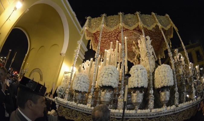 La Esperanza Macarena luces dos velas rizadas de gran tamaño a ambos lados, escoltando la imagen. / Manuel Gómez