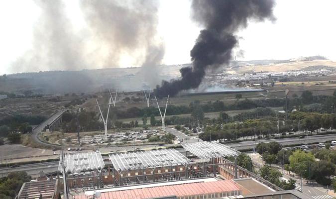 El incendio de una nave en Camas provoca una gran columna de humo sobre Sevilla