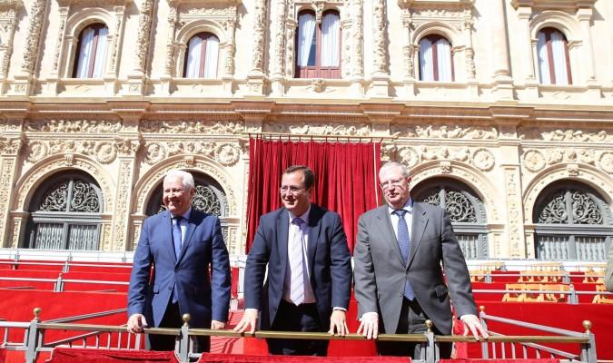 Los candidatos Antonio Piñero y Francisco Vélez escoltan al delegado de Fiestas Mayores la pasada Semana Santa. Foto: El Correo