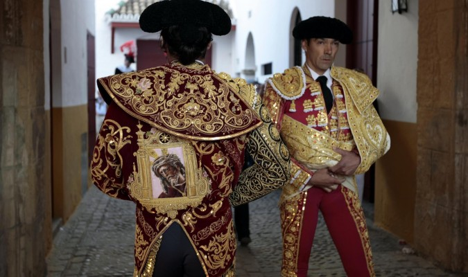 Morante, con un capote orlado con la imagen del Gran Poder. / Paco Cazalla
