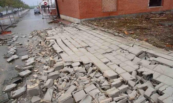 Se derrumba parte del muro del cuartel de la Guardia Civil de Las Cabezas