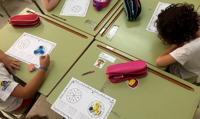 Un profesor de un colegio público de Paradas ha introducido el popular 'spinner' como parte de su material educativo. / El Correo