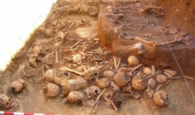 El número de cráneos –muchos, con marcas de violencia– de la fosa de Cazalla de la Sierra da una idea de la magnitud de la represión. / El Correo