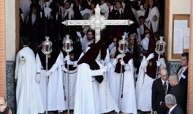 El fervorín se suele realizar en el templo antes de comenzar la estación de penitencia. / Paco Cazalla