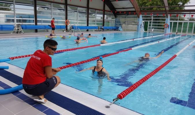 Alcosa combate el calor al ritmo de aquagym for Ejercicios en la piscina