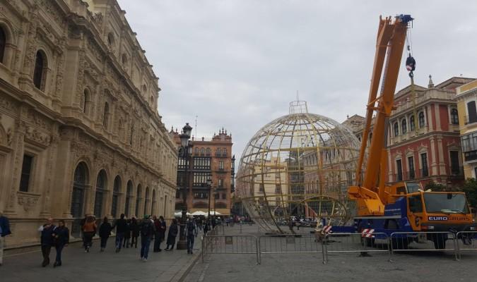 En la plaza de San Francisco se afanan por culminar el montaje de una gran bola navideña. / El Correo
