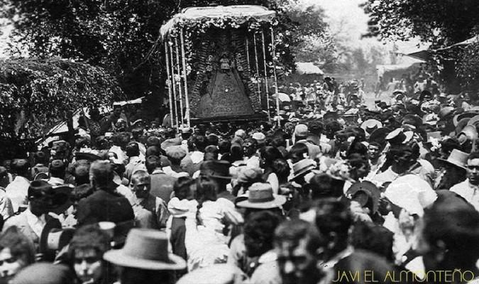Varios son los testimonios gráficos legados por la historia en los que se aprecian colgaduras florales en las andas de la Virgen del Rocío.