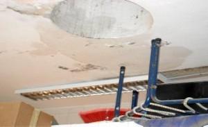 Las humedades en el colegio infantil Santa Catalina se han agravado con las lluvias/ El Correo