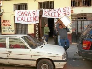 La sociedad civil se ha organizado para intentar frenar el drama de los desahucios.