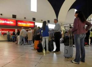 Un grupo de viajeros aguarda para facturar en el aeropuerto de San Pablo.