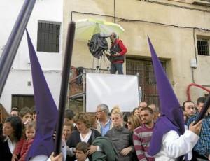 Una cámara retransmite una procesión de nazarenos.