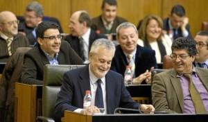 El presidente de la Junta, José Antonio Griñán, y el vicepresidente, Diego Valderas, en el Parlamento.